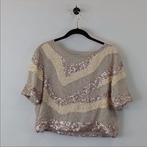 Shortsleeved sequined top.